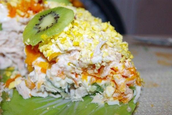 """салат """"Изумрудный браслет"""", блюда """"Кольцо"""", киви, алат с киви, блюда с киви, салат с фруктами, куриное филе, салат с курицей, салат с яйцами, салат с яблоками, салаты, рецепты, салаты праздничные, http://eda.parafraz.space/,"""