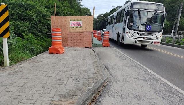 Passarela de ponte danificada é retirada pela prefeitura