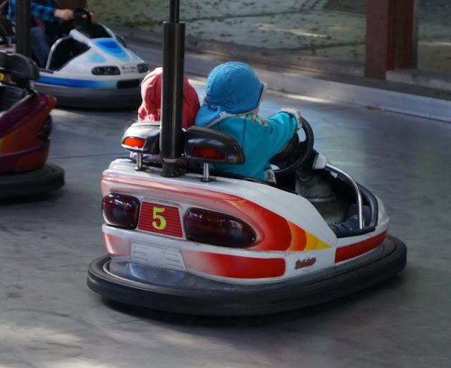 Die Tolk-Schau: Ein spannender Familien-Freizeitpark für Groß und Klein. Autoscooter für Kinder.