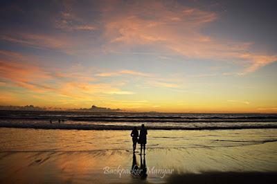 Pesona senja di Pantai Batu Belig yang tenang - Backpacker Manyar