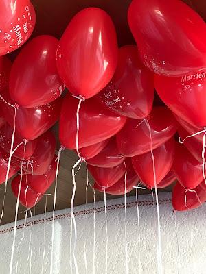 Rote Herzballons, Maigrün, Pink, Frühlingshochzeit in den Bergen am See, Hochzeitshotel Riessersee Hotel Garmisch-Partenkirchen, heiraten in Bayern, Hochzeitsplanerin Uschi Glas