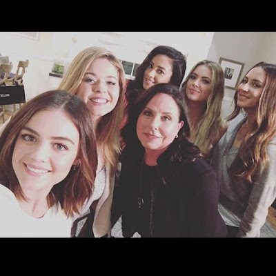PLL 7x16 bts cast announce show ending after season 7, Selfie of Lucy Hale,Ashley Benson, Shay Mitchell, Troian Bellisario, Marlene King, Sasha Pieterse