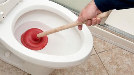 Bagaimana cara membuka sumbatan toilet saya?