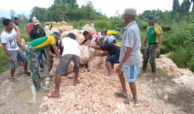 Warga Kampung Koya Papua
