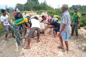 Warga Koya Dibantu Satgas Pamtas Perbaiki Akses Jalan Rusak Akibat Banjir