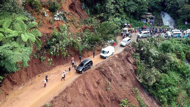 Innalillahi, Longsor Sitinjau Lauik-Padang Seret 2 Mobil dan 1 Bus Isi 30 Orang