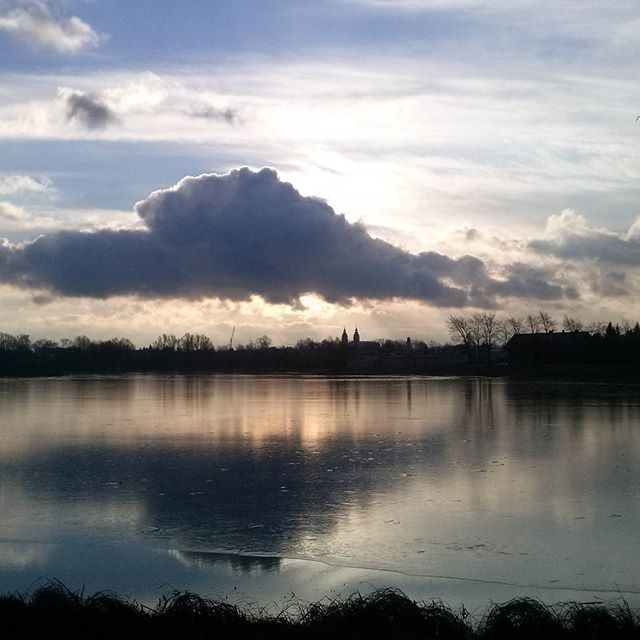 chmura odbiająca się w wodzie