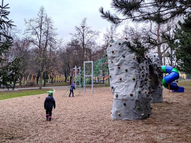 plac zabaw w Parku Strachocińskim we Wrocławiu