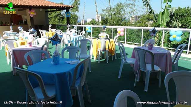 Toalhas e enfeites para as mesas dos convidados