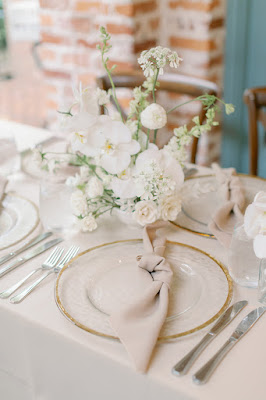 reception decor with gold rimmed charger