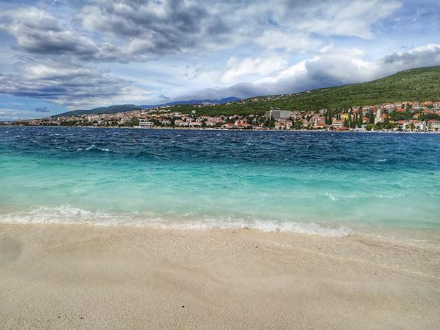 żwirowa plaża w Selcach, turkusowe morze, Adriatyk