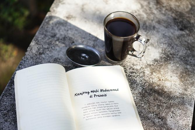 Membaca buku kala pagi