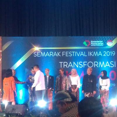 Menteri Perindustrian, Agus Gumiwang Kartasasmita memberikan penghargaan kepada beberapa IKMA