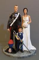 statuette sposi personalizzate sposo gus uniforme gala nozze con bambini orme magiche