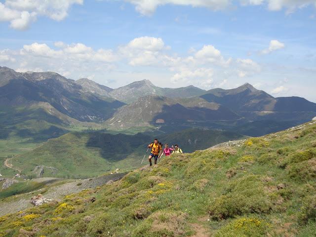 Subiendo a Ronzón con el Pico Ferreirúa como fondo