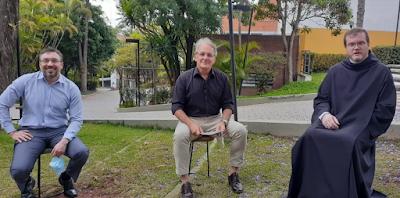 Otávio e os reitores do colégio Santo Américo (Divulgação/SBT)