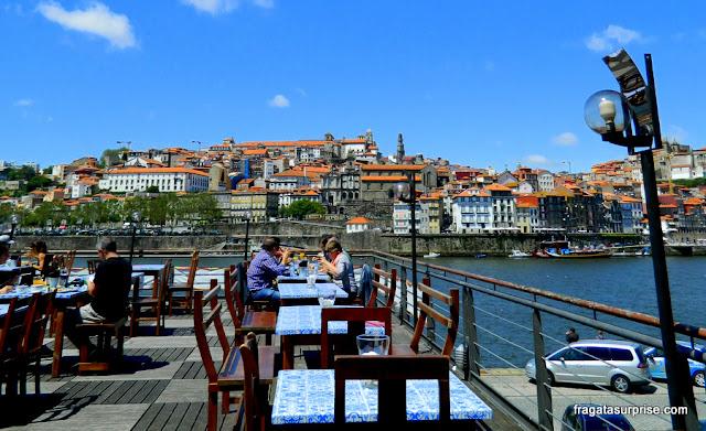 Restaurante Tapas&Buchas, em Vila Nova de Gaia, com vista para a Cidade do Porto