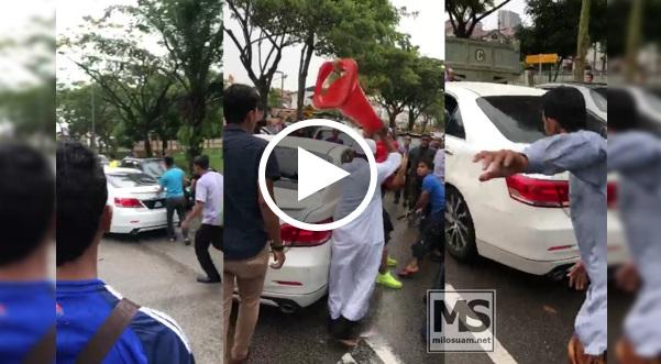 Jemaah masjid beramai-ramai serang dan pecahkan cermin kereta di Johor