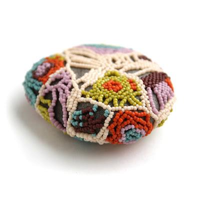 яркий необычный подарок ручной работы камень оплетенный бисером этно