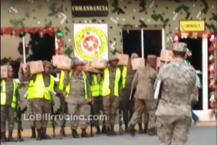 Video: Militares puestos de mojiganga con cajas navideñas