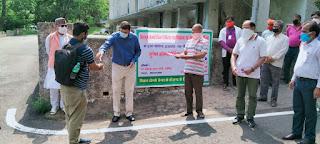 dc-jamshedpur-distribute-medicine