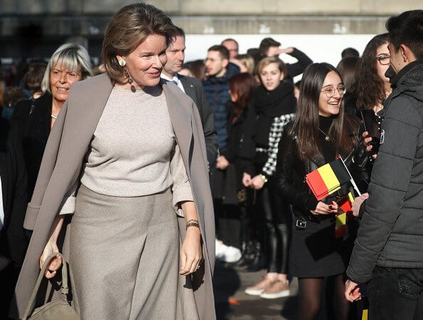Queen received information about the professional approach and pedagogical methods used against bullying in the school. Natan sweater and skirt