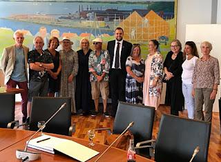 El Alcalde de Frederiksvaerk, Steffen Jensen dando la bienvenida a los artistas del Museo.
