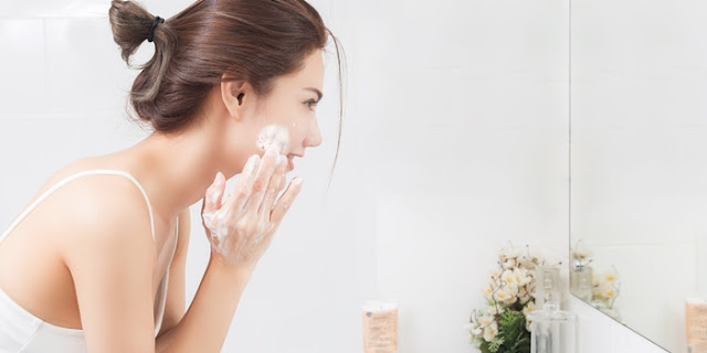 Cuci Wajah dengan Sabun Pembersih Wajah