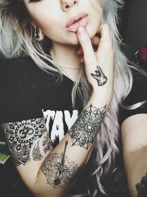 tatuajes en el antebrazo de mandalas en una chica