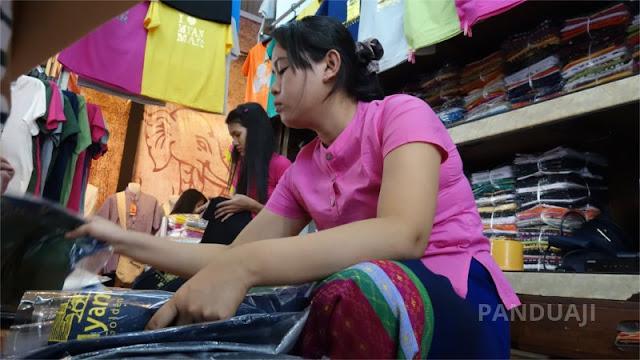 Salah Satu Penjual Kaos di Bogyoke Aung San Market Yangon