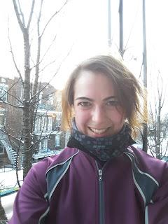 Courir l'hiver, coureuse souriante