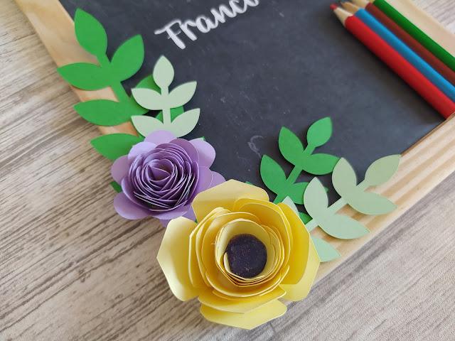 DIY ardoise panneau de classe : zoom sur les fleurs en papier