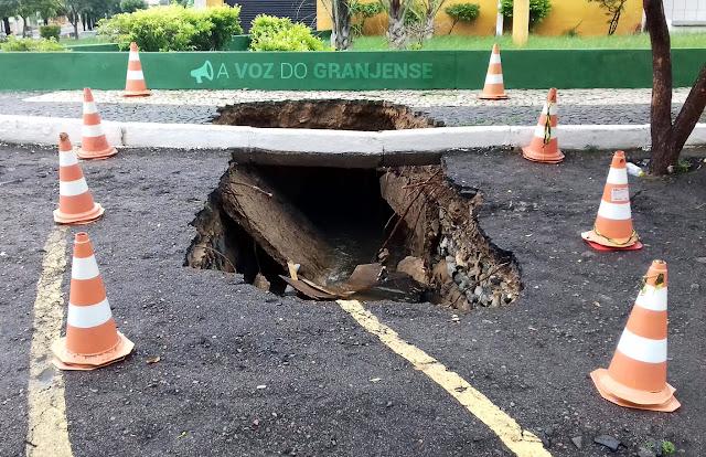 Cratera em frente a Prefeitura Municipal de Granja