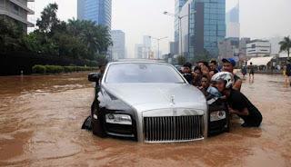 Tips Apabila Kendaraan Anda Terhadang Banjir