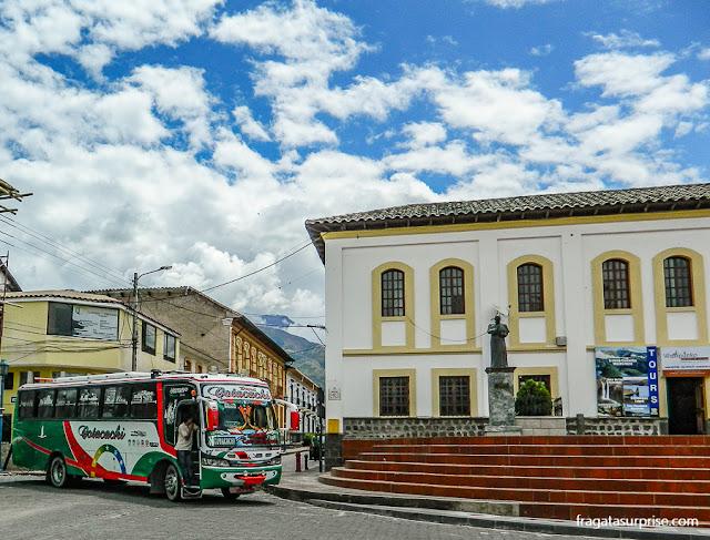 Decoração típica dos ônibus de Cotacachi, Equador