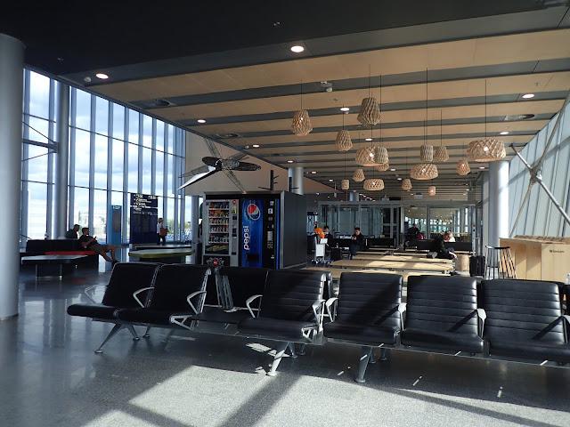 Ławki na lotnisku w Helsinkach
