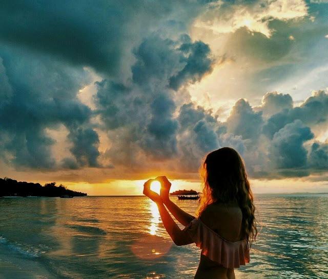 Với một cuốn sách yêu thích trong tay, có lẽ bạn đã có một Koh Rong Samloem của riêng mình. Trong lúc đó mặt trời từ từ mọc lên hoặc biến mất trên nền nước trong xanh, trở thành khung nền cho câu chuyện cần giải mã của bạn.