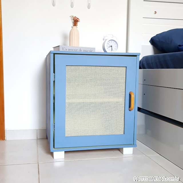 mesa de cabeceira azul