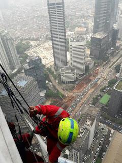 Penyedia jasa pembersihan kaca dan perawatan gedung bertingkat