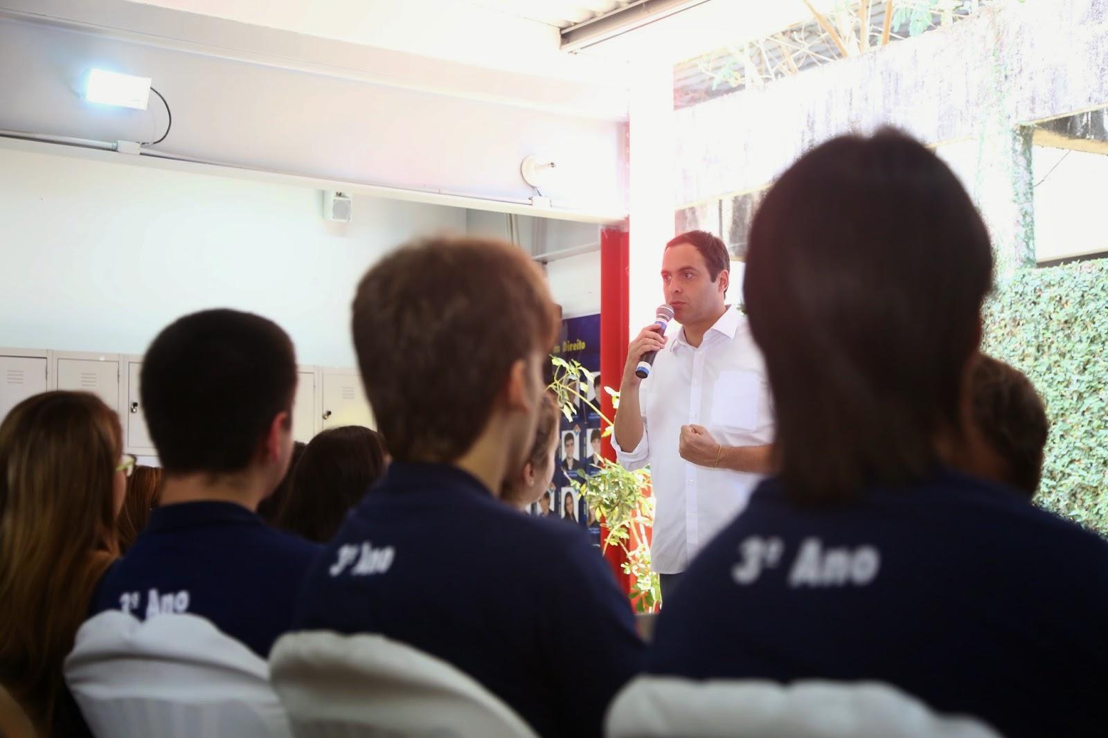Em bate-papo com estudantes, Paulo detalha ações para Educação