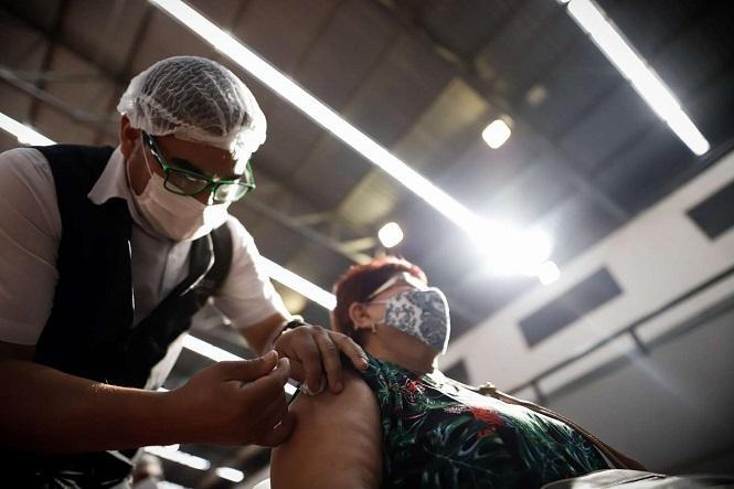 Chile suspendió la vacunación con Oxford AstraZeneca por un caso extraño de trombosis