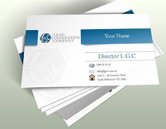Üzerinde mavi bir şerit olan beyaz kartvizit