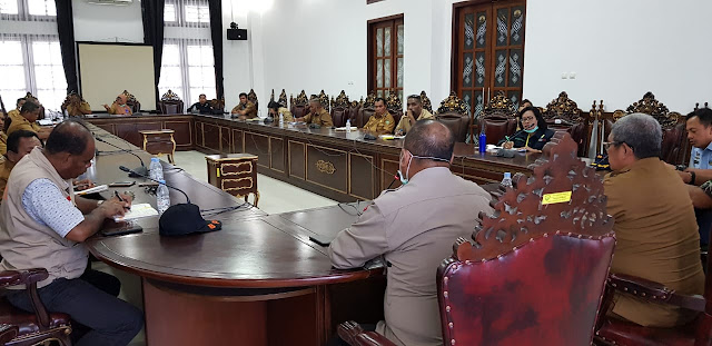 Bupati Maluku Tenggara M Thaher Hanubun dalam rapat terbatas bersama para camat dan Forkopimda di ruang kerja