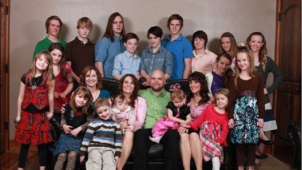 Ba chị em cùng lấy 1 người đàn ông, mỗi đêm ngủ với 1 bà, 'tằng tằng' ra 24 đứa con