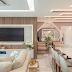 Sala de tv, jantar e hall integrados com cores neutras e painel com revestimento 3D ripado de MDF!
