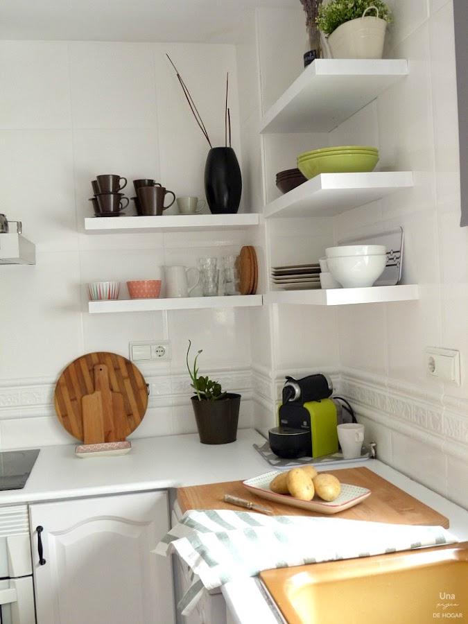 antes y después de mi cocina sin obras. Baldas y detalles en madera. Cocina blanca