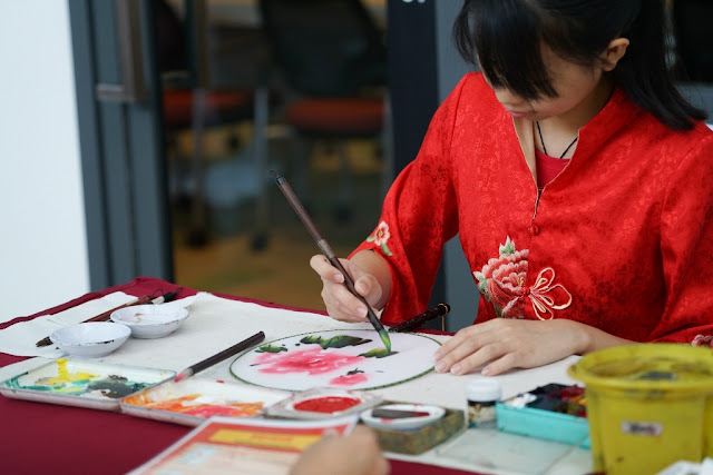 Visitors discovered the intricacies of the ancient artistic tradition of hand fan painting