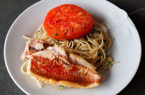 Salmonetes con espaguetis y tomate frito