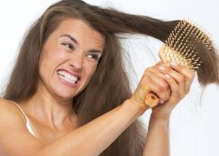 Penyebab Umum Kerontokan Rambut