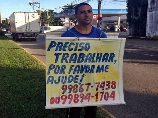 Desempregado, homem usa cartaz para pedir trabalho em Campos